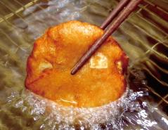 「納屋徳永屋 手作りさつま揚げの製法」美味しそうなこんがりきつね色のさつま揚げ